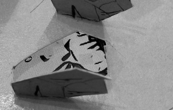 Detail augeklappte Zelte und im Hintergrund Videoscreenshot